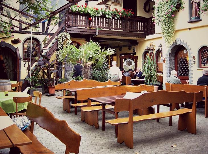 Idéal aussi bien à l'extérieur qu'à l'intérieur, le bois est un matériau parfait pour une déco de restaurant
